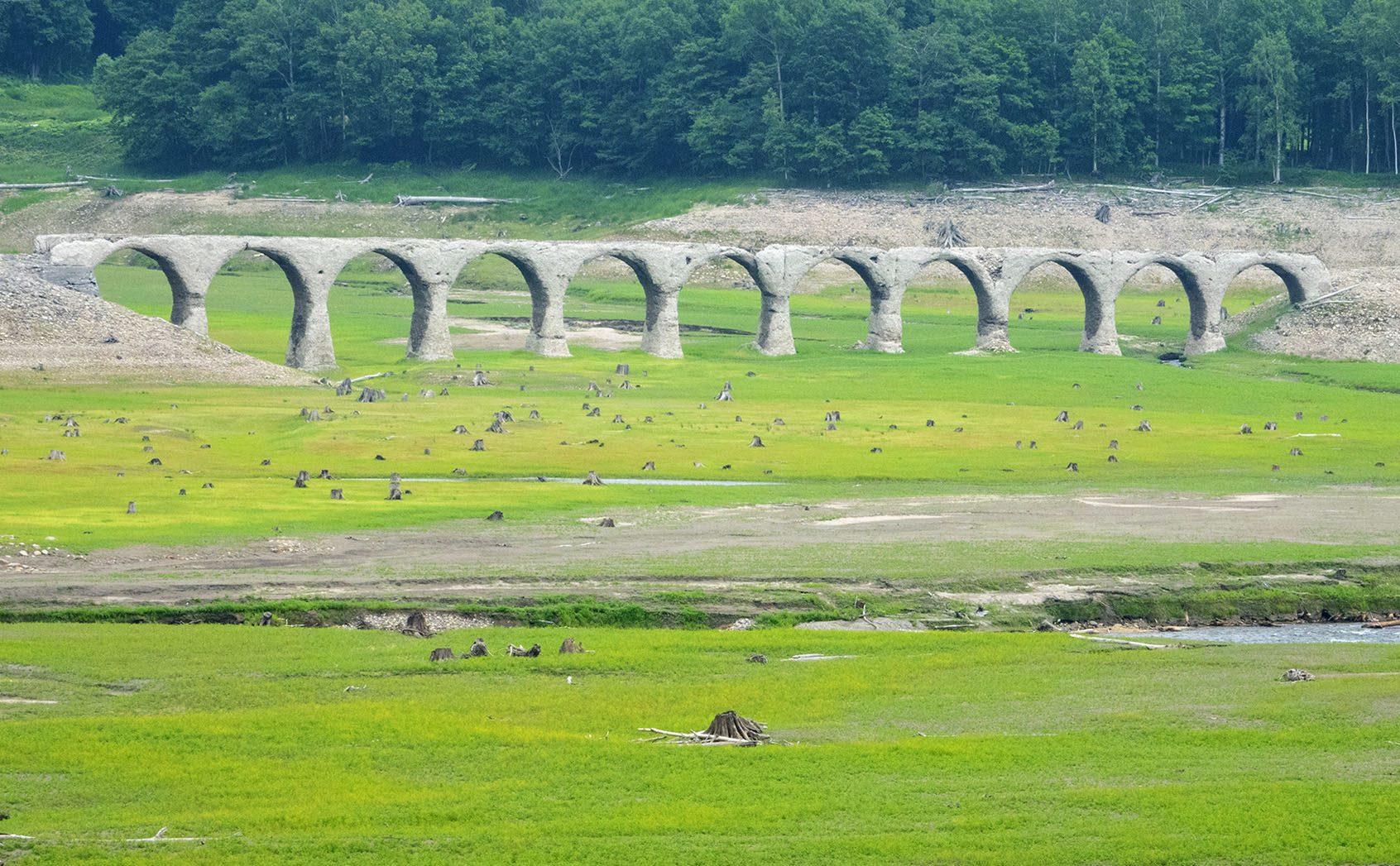 朽ちていくからこそ記憶にとどめたい  「タウシュベツ川橋梁」独自の美しさ
